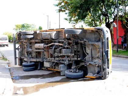 Violento choque y vuelco en Avenida 84 y calle Alejandro Mathus