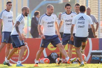 Martino se inclina por Agüero antes que Higuain para visitar a Chile