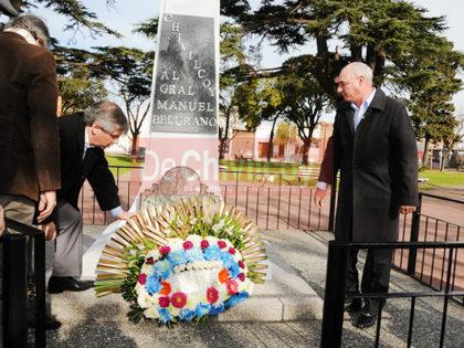 Día de la bandera: Colocación de una ofrenda floral