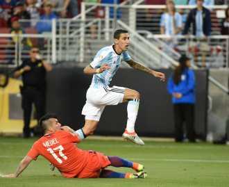 Argentina superó a Chile en su debut en la Copa América