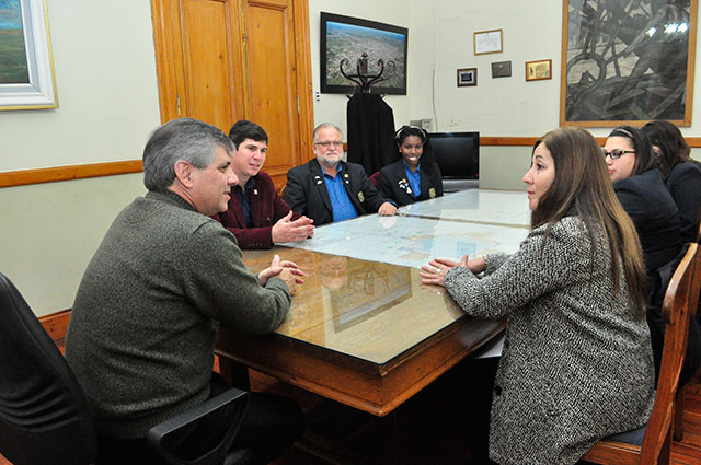 Jóvenes-de-intercambio-visitaron-al-intendente-2