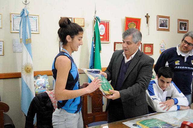 29-08-16-El-intendente-distinguió-a-deportistas-chivilcoyanos-2