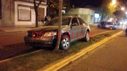 Ayer: Conductor descompensado chocó contra columna de alumbrado