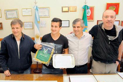 El intendente Guillermo Britos entregó un reconocimiento a Fernando Mengual
