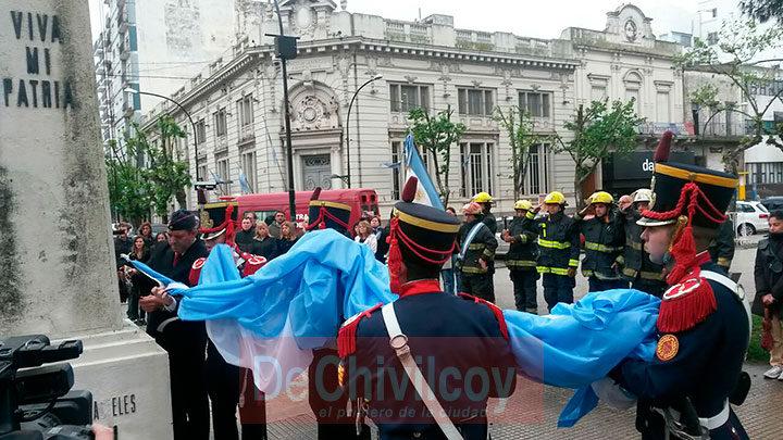 el-intendente-izo-la-bandera-nacional-junto-a-los-granaderos-1