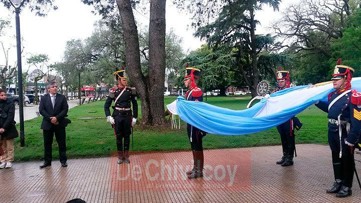 el-intendente-izo-la-bandera-nacional-junto-a-los-granaderos-2