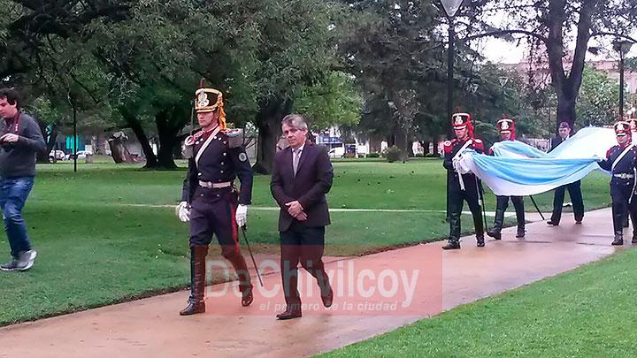 el-intendente-izo-la-bandera-nacional-junto-a-los-granaderos-3