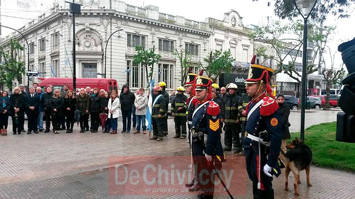 el-intendente-izo-la-bandera-nacional-junto-a-los-granaderos-4