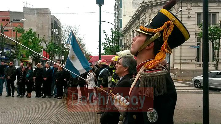 el-intendente-izo-la-bandera-nacional-junto-a-los-granaderos-6