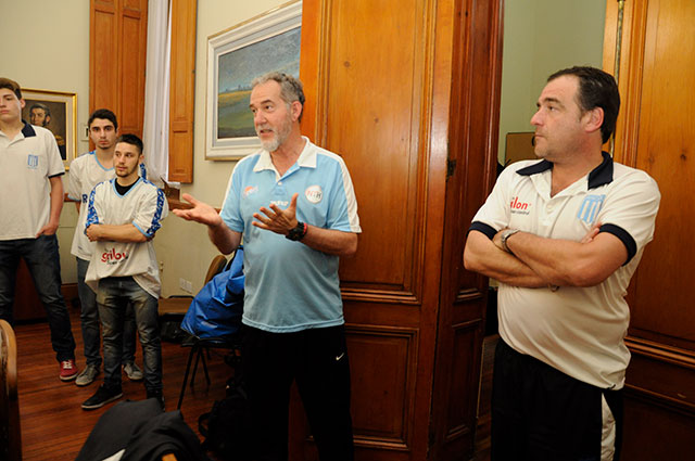el-equipo-de-basquet-del-club-racing-visito-al-intendente-en-su-despacho-2