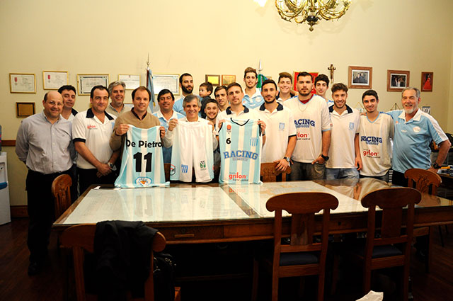 el-equipo-de-basquet-del-club-racing-visito-al-intendente-en-su-despacho-3