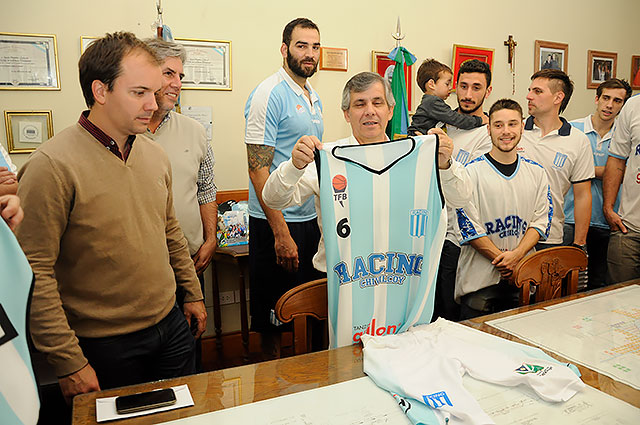 el-equipo-de-basquet-del-club-racing-visito-al-intendente-en-su-despacho-4
