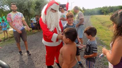 Papá Noel y la Juventud Peronista recorrieron los barrios