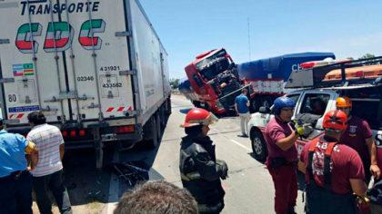 [ACTUALIZAMOS] Un camión de la empresa local CDC participó de un choque en acceso a la ciudad de Córdoba