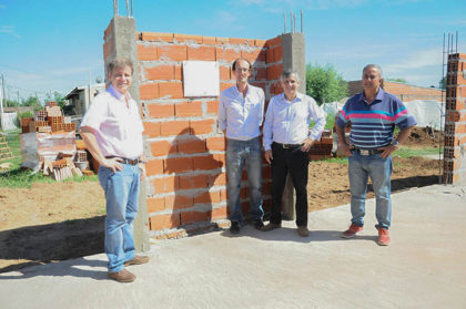 El Intendente y funcionarios recorrieron la obra del SUM en el Barrio Blanco