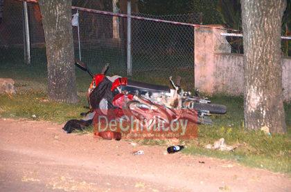 Hoy a la madrugada. Un joven de 23 años murió al impactar su moto contra un árbol