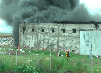 El fuego consumió todo en la planta de reciclado de Alberti
