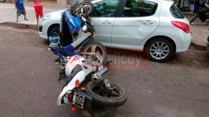 Chocaron dos motos en la Avenida Villarino, antes del cruce con J.B. Alberdi