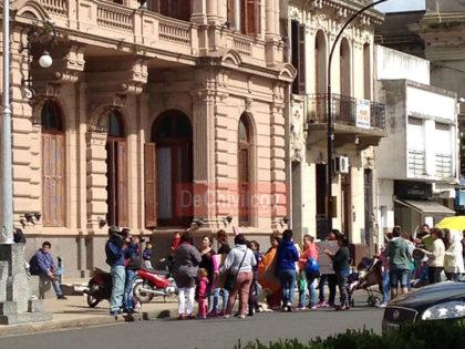 Frente al Municipio un grupo de mujeres reclamaron por vivienda y trabajo