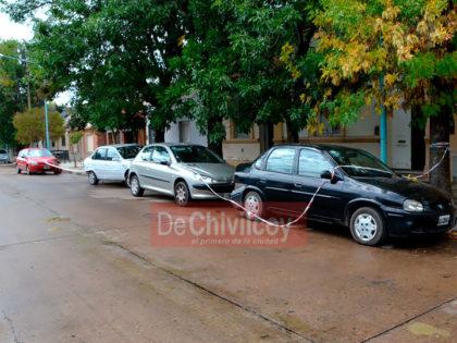 Chocó a cuatro vehículos estacionados, se retiró del lugar y volvió al rato en compañía de un familiar
