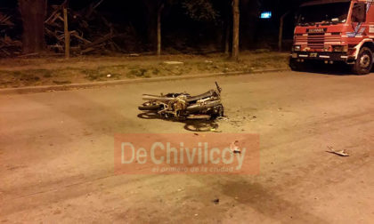 [AMPLIAMOS] Un motociclista se encuentra en grave estado tras sufrir un accidente en Acceso Raúl Alfonsín y calle 114