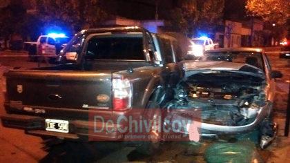 Un auto impactó violentamente sobre la parte trasera de una camioneta [ACTUALIZACIÓN]