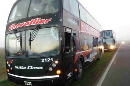 Choque entre un camión y un ómnibus en la Ruta 5