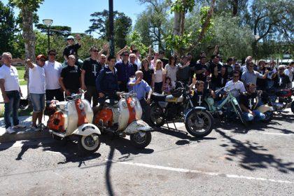 El Club Siambretta Chivilcoy expuso sus motos en la Plaza 25 de Mayo