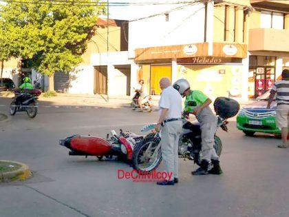 Chocaron dos motos en la esquina de Avenida Ceballos y Soler