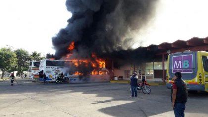 Bragado: Dos micros fueron incendiados en la terminal