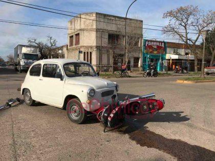 Choque entre un automóvil y una motocicleta en la Avenida Soárez